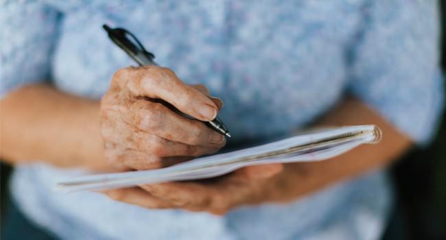 """""""persona-mayor-tercera-edad-escribir-terapia-actividades-diario-casa"""""""