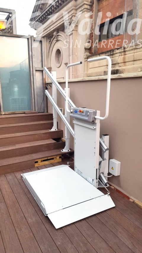 Plataforma salvaescales model Spatium per a superar 5 escalons en terrassa