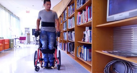 Cadira de rodes que permet estar drets