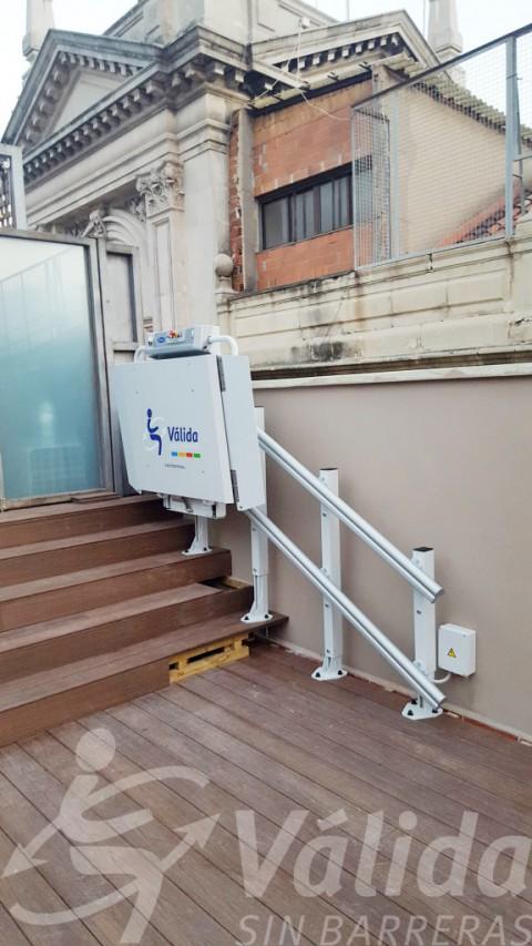 Plataforma salvaescaleras plegada anclada a escalones en una terrassa de Barcelona