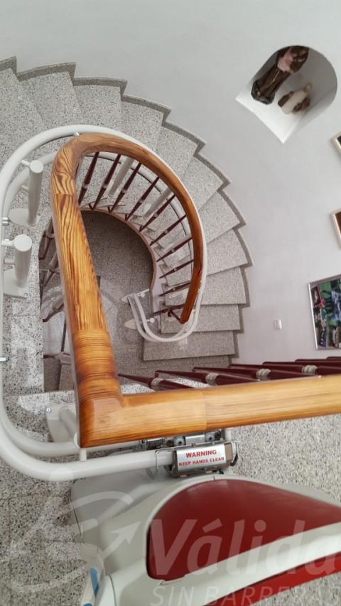 Preciosa escala de cargol accessible gràcies a cadira pujaescales socius