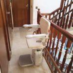 Muntatge de cadira pujaescales per superar trams d'escala corbs
