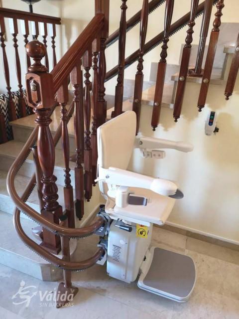 Instal·lar una cadira mecànica per persones d'avançada edat o amb poca mobilitat