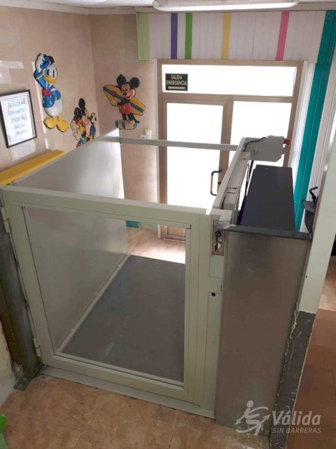subir y bajar en silla de ruedas con un elevador salvaescaleras de Válida sin barreras
