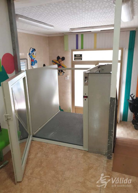 instalación de mini elevador para mejorar la autonomía en una escuela de Alcoy