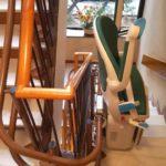 Pujar i baixar escales a Barcelona amb la cadira salvaescales Socius de color verd