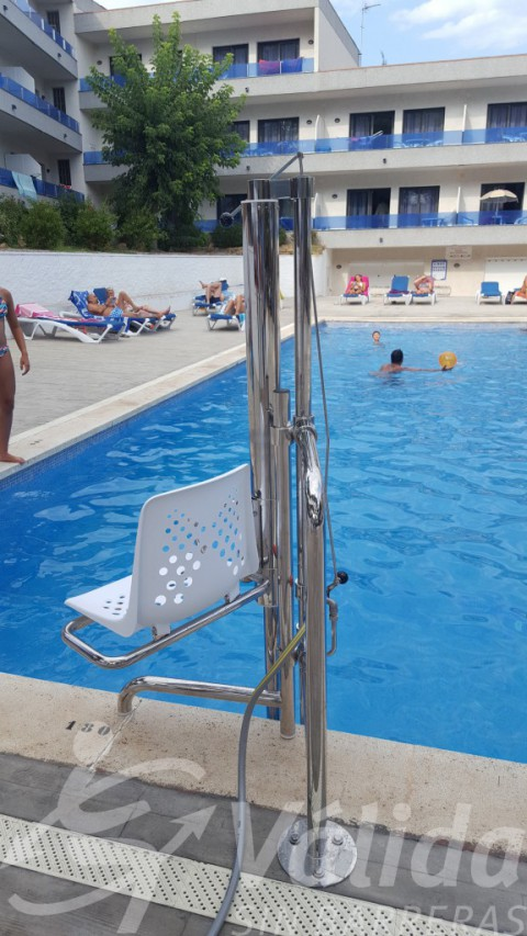 piscina accessible amb elevador de piscines Aqua a Platja d'Aro a girona