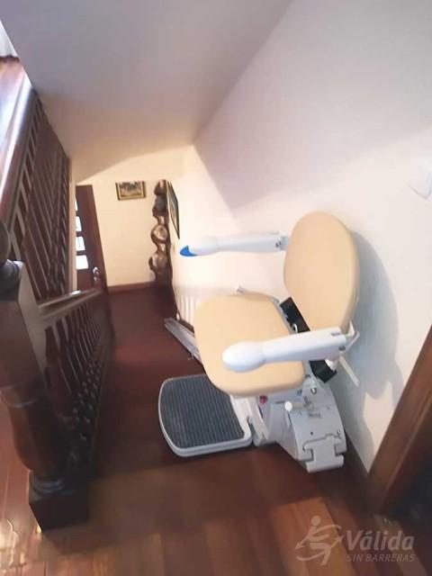 instal·lació de cadira pujaescales per persones majors o amb discapacitat
