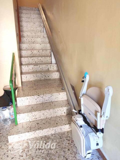 pujar i baixar escales amb una cadira elevadora per persones majors