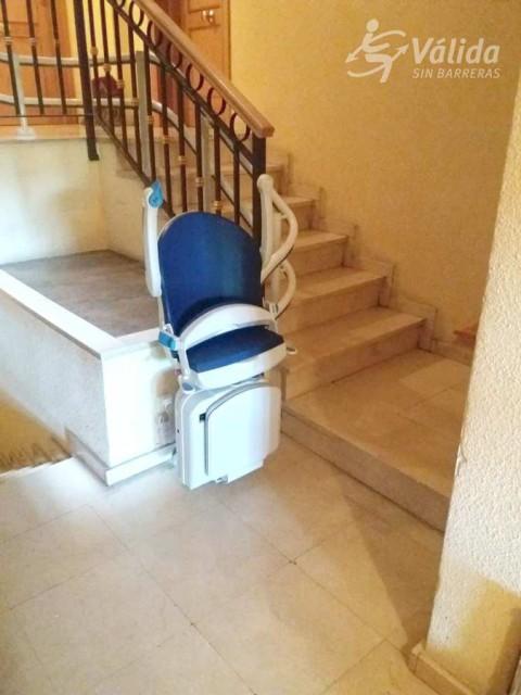 Salvar un tram d'escales corb amb una cadira mecànica per persones majors