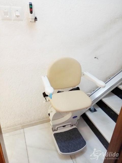 Cadira salvaescales instal·lada a casa particular de Canovelles, Barcelona