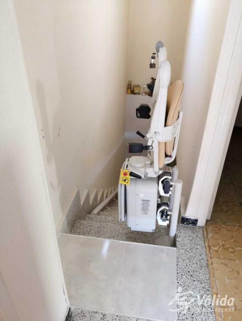 cadira elevadora per a millorar l'accessibilitat d'un tram corb a Murcia
