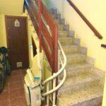 Pujar i baixar escales amb una cadira elevadora per millorar la vida de les persones majors