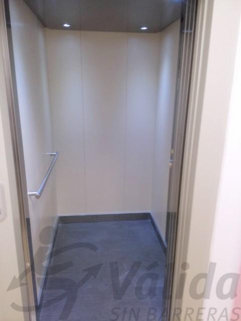 ascensor amb portes automatiques amb acabat epoxi muntada a prat llobregat