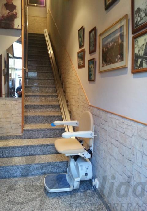 cadira elevadora fidus amb fixació a paret a manlleu