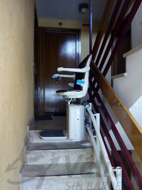 cadira elevadora muntada a l'interior comunitat veins madrid socius