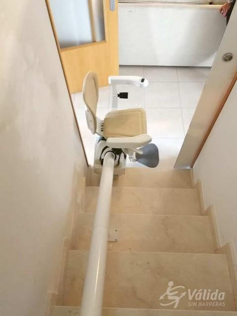 pujar i baixar escales amb un pujaescales que superi desnivells verticals