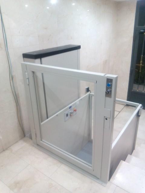 elevador de curt recorregut subeo muntat a l'entrada d'una comunitat d'alcala de henares