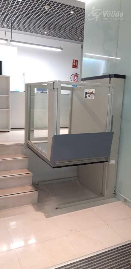 Elevador vertical Subeo instal·lat a interior de local comercial de Madrid