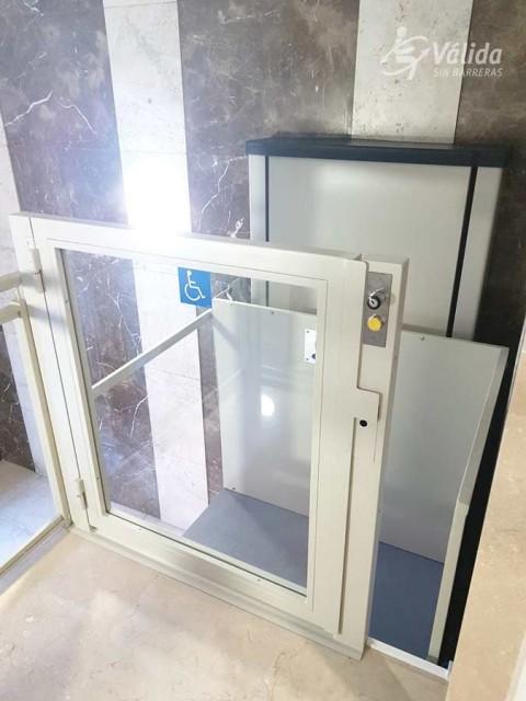 pujar i baixar escales amb cadira de rodes gràcies a un mini elevador a Àvila