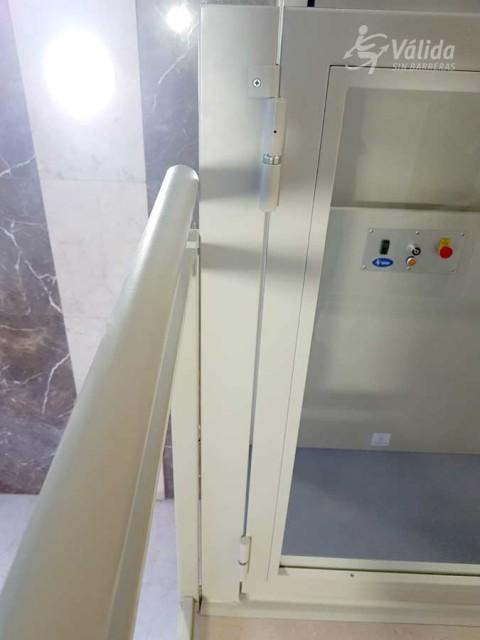 elevador instal·lat per ajudar a persones amb discapacitat o mobilitat reduïda