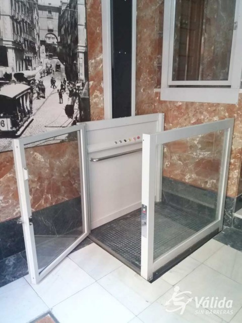 ascensor per a pujar i baixar a persones amb cadira de rodes o mobilitat reduïda