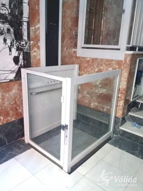 superar barreres arquitectóniques amb un elevador per a persones amb discapacitat