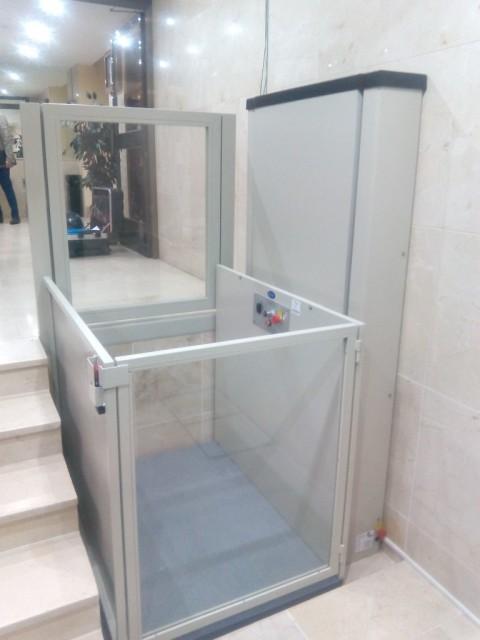elevador compacte muntat a l'entrada d'una comunitat de veins madrid alcala