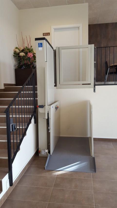 elevador muntat en un espai de publica concurrencia de prullans