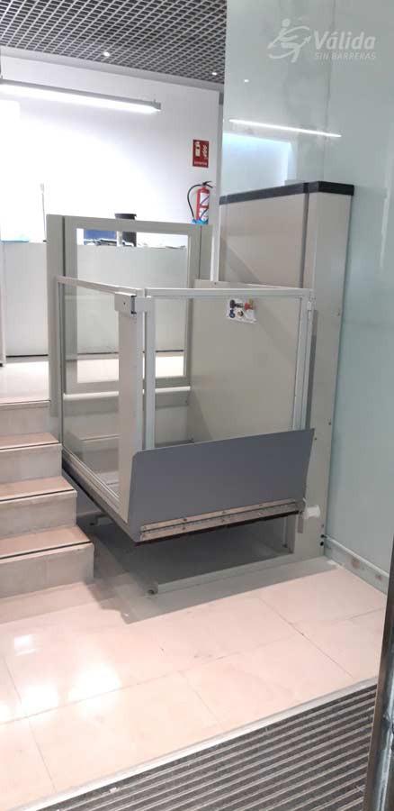 Muntatge d'ascensor per discapacitats per la supressió de barreres arquitectòniques