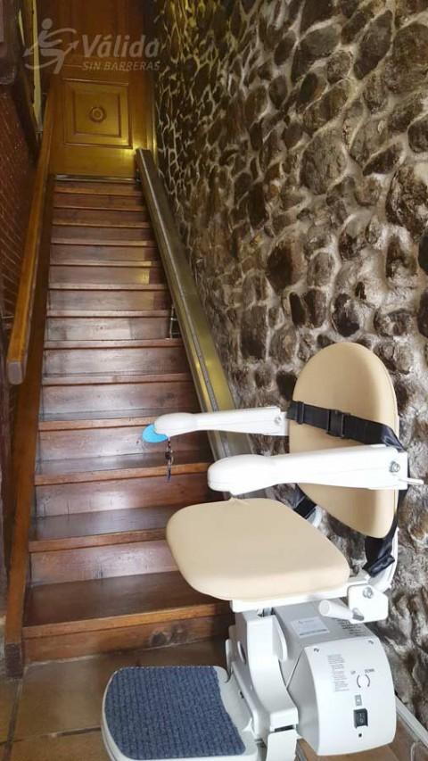 Superar un desnivell vertical amb una cadira salva escales de Válida sin barreras