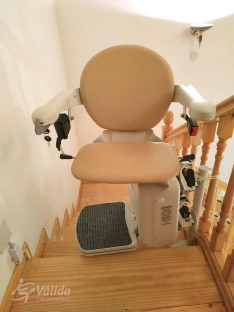 Pujar i baixar escales amb una ajuda tècnica que permeti millorar l'autonomia i seguretat