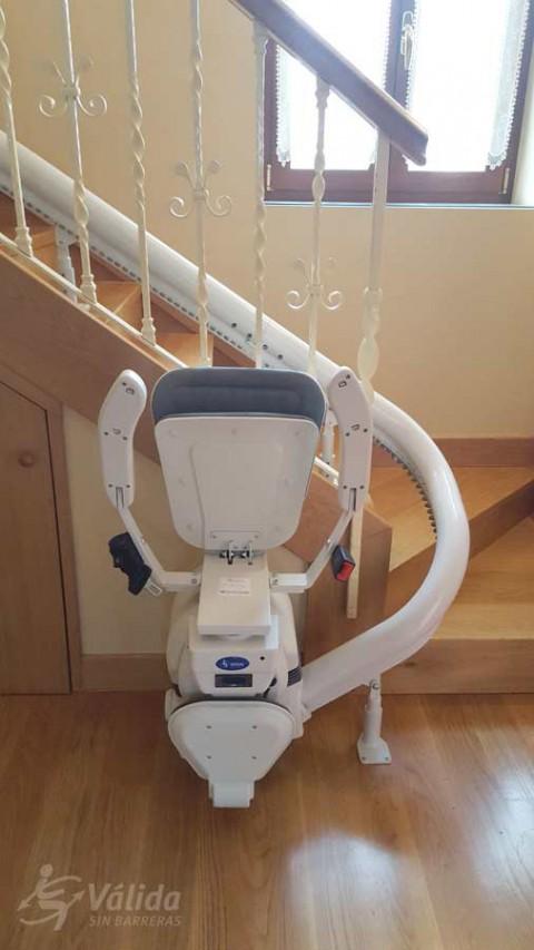 Pujar i baixar escales amb un pujaescales per millorar l'autonomia i seguretat