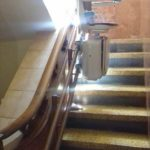 pujar i baixar escales amb una ajuda tècnica de Válida sin barreras a La Bañeza