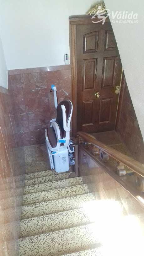 millorar l'accessibilitat d'un tram d'escales corb amb una cadira elevadora mecànica