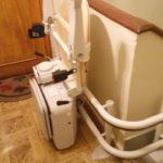 muntatge de cadira elevadora per ajudar a persones d'avançada edat a Lardero