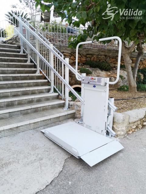 plataforma pujaescales instal·lada en intempèrie a Les Coves de Vinromà