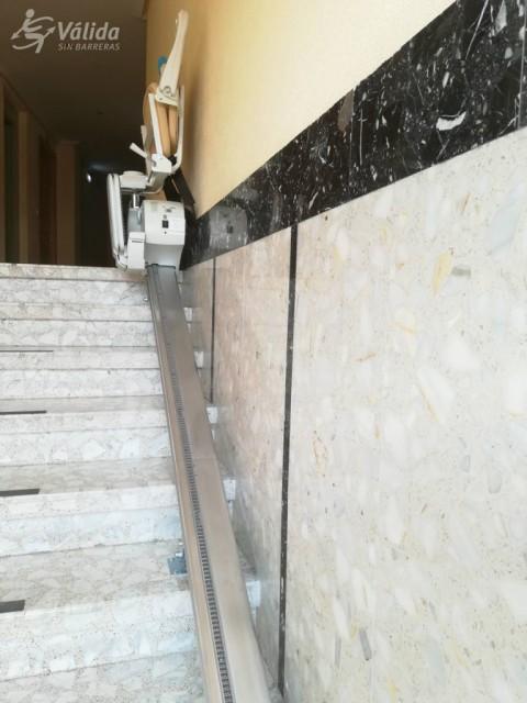 cadira pujaescales per a millorar l'accessibilitat en un tram d'escala recte