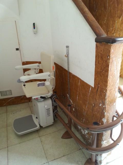 cadira per pujar escales muntada a l'interior d'una comunitat de veins de sant feliu llobregat
