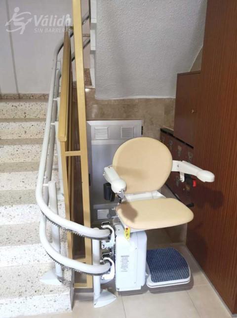 cadira puja escales instal·lada a comunitat de veïns de Petrés, València