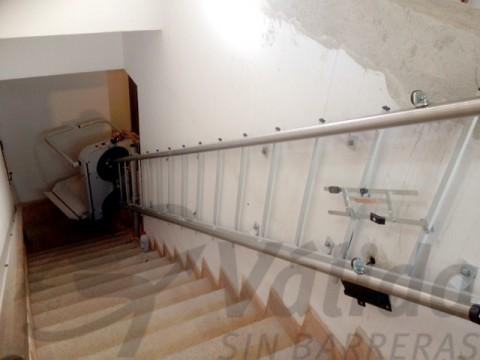 plataforma per pujar escales secur amb fixacio a paret castell aro