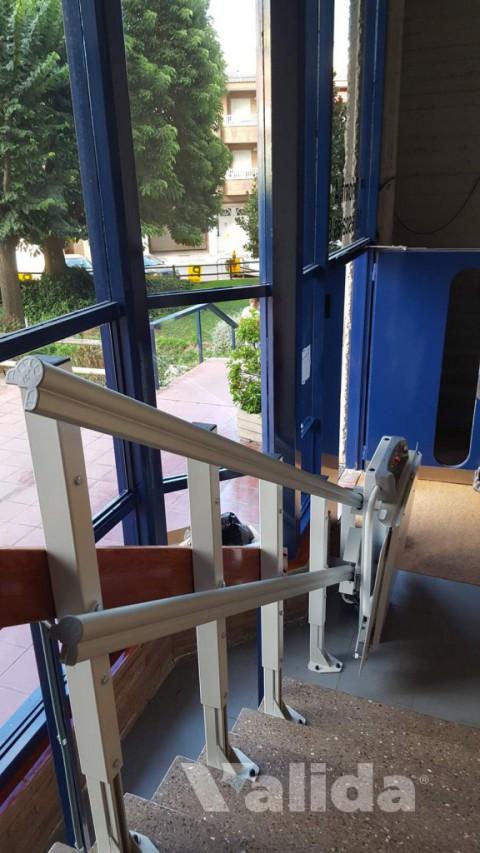 Plataforma salvaescales per trams rectes en interior