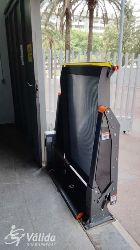 plataforma plegada amb gran càrrega i molt segura per persones amb cadira de rodes