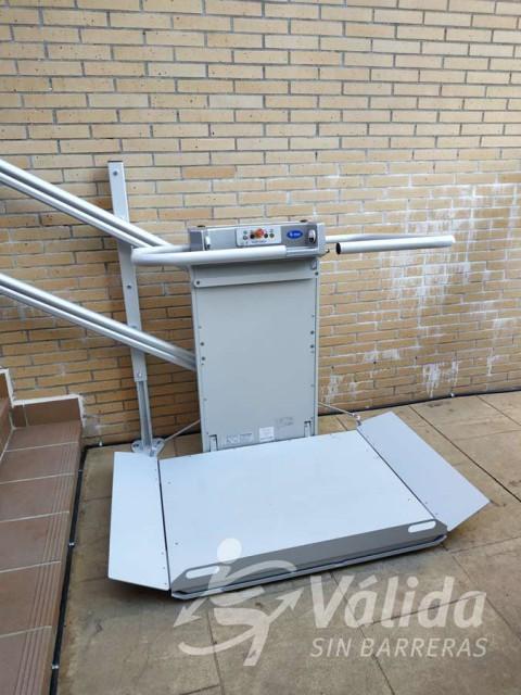 Pujar i baixar escales amb una cadira de rodes amb una plataforma pujaescales