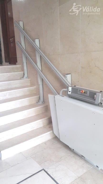 Plataforma elevadora per a pujar i baixar a persones en cadira de rodes