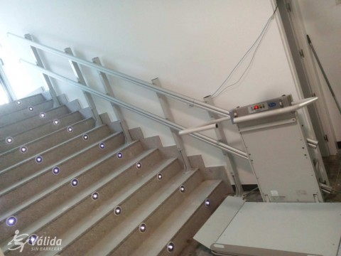 instal·lació de plataforma elevadora per salvar desnivell vertical
