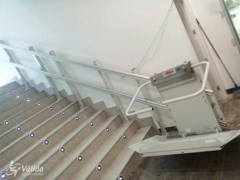 seguretat amb plataforma salvaescales per a trams d'escala rectes