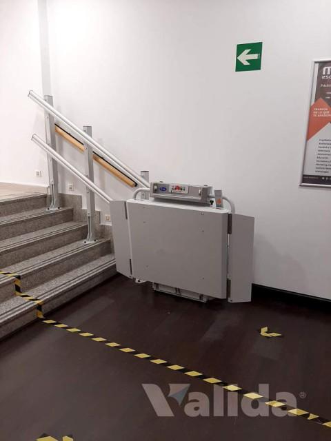 Plataforma salvaescales per personas amb mobilitat reduïda a Madrid