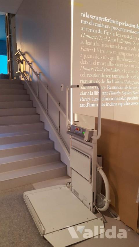Plataforma salvaescales per personas en cadira de rodes a Bescanó