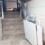 Ajuda per pujar i baixar escales a persones en cadira de rodes de València